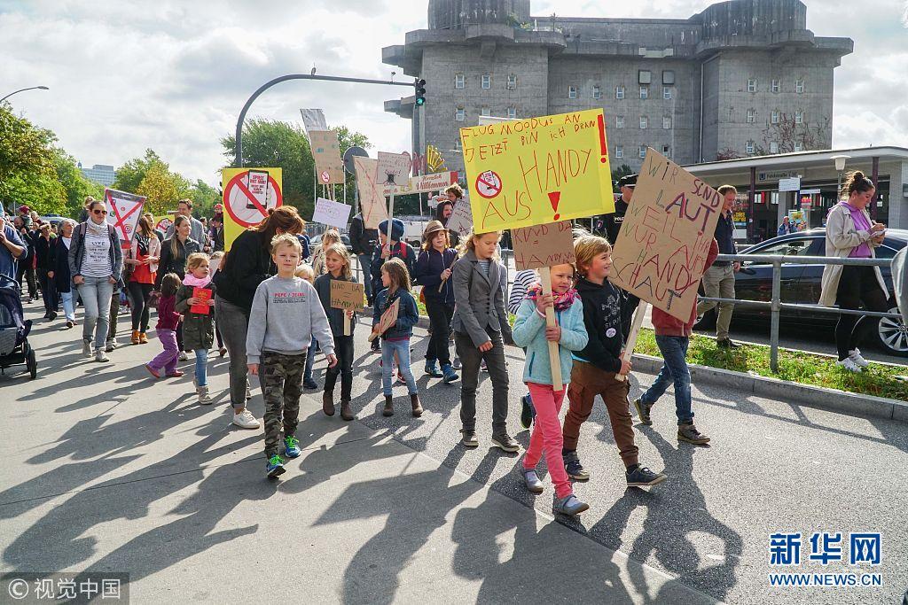 """德国儿童街头示威 抗议成年人智能手机""""上瘾"""""""