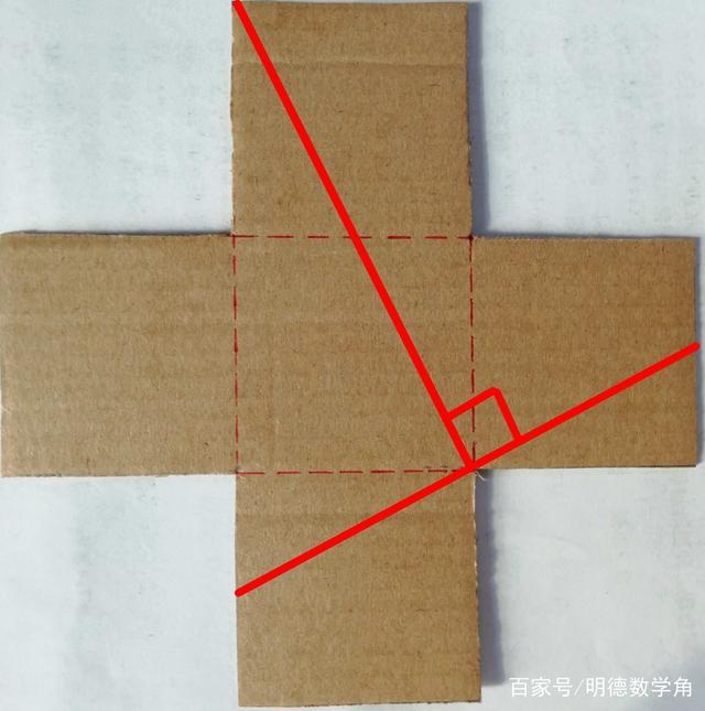 """趣味数学:五个正方形组合成的""""十字架"""" 怎样剪两刀拼成正方形?"""