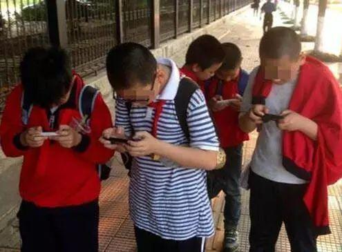 中国穷人的孩子,正在被手机废掉